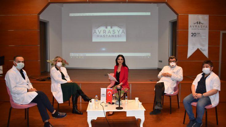 """Zeytinburnu Avrasya Hastanesi Başhekimi ve Kalp Damar Cerrahi Uzmanı Prof. Dr. Ali Rıza Cenal, İç Hastalıkları Uzmanları Uzm. Dr. Sedat Işık, Uzm. Dr. Ayşegül Navdar, Göğüs Hastalıkları Uzmanı Uzm. Dr. Kanan Abbaslı """"Covid-19 aşısı hakkında merak edilenler ve aşılanmanın önemi"""" konulu panelle takipçilerimizle buluşarak aşı hakkında en çok merak edilen soruları yanıtladılar."""